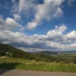 Wawrzka, północne zbocza Chełmu, w oddali Maślana Góra